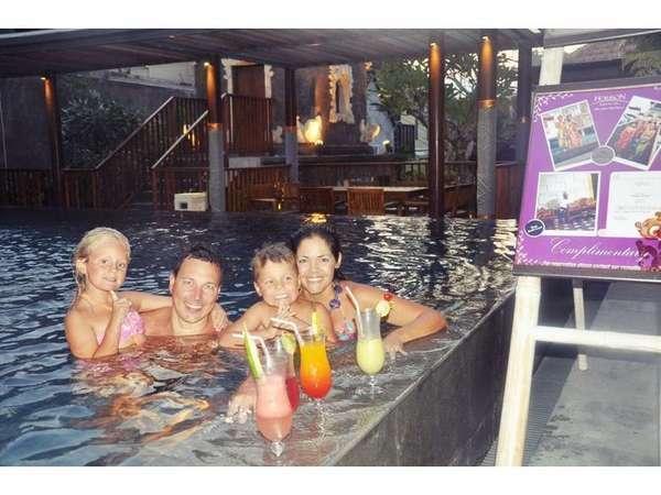 Horison Seminyak - Kegiatan keluarga di kolam renang
