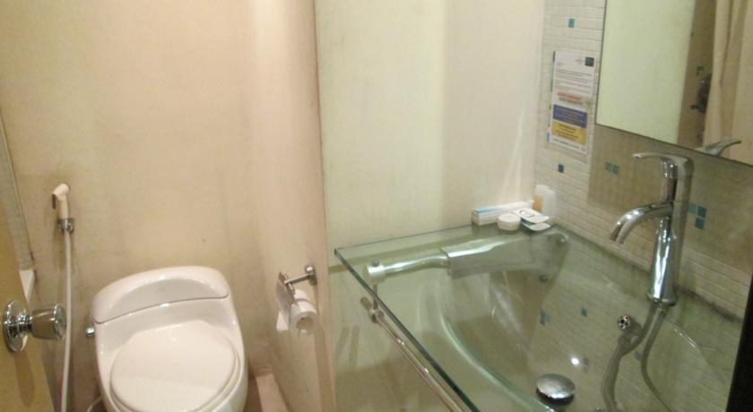 Grand Mahkota Hotel Pontianak - bathroom