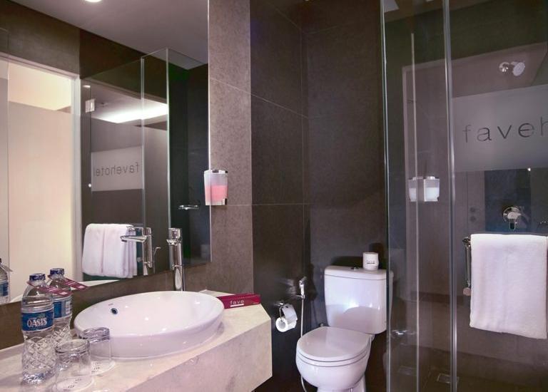 favehotel LTC Glodok - bathroom