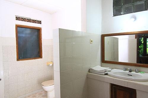 Dewa Bharata Bungalow Bali - Bathroom
