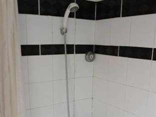 Losari Metro Hotel Makassar - Shower
