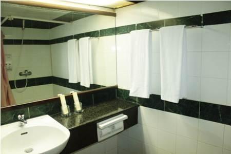 Losari Metro Hotel Makassar - Bath room