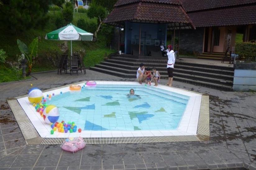 Amanda Hills Hotel Semarang - Pool