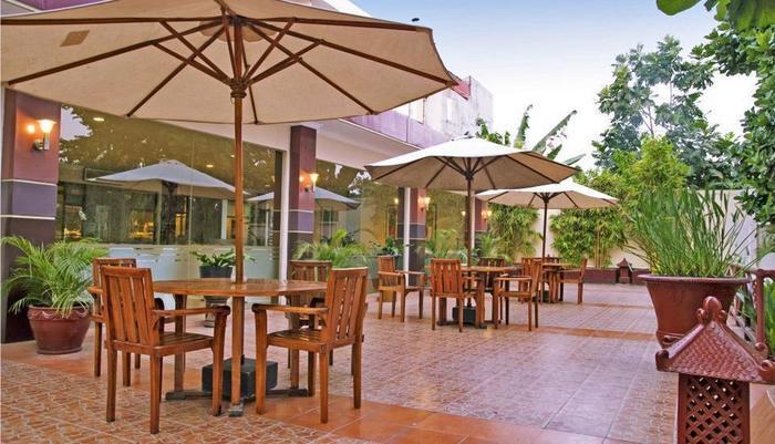 Hotel New Saphir Yogyakarta - Pool Terrace