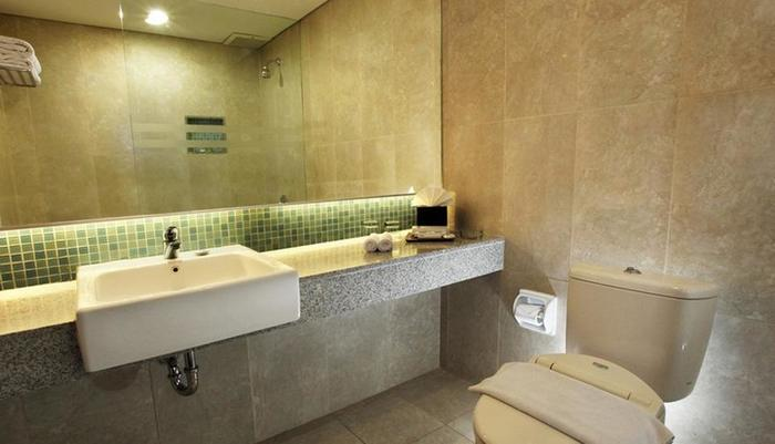 Hotel New Saphir Yogyakarta - Bathroom