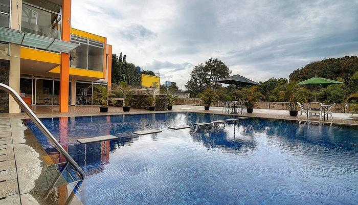 Grha Ciumbuleuit Guest House Bandung - Swimming Pool