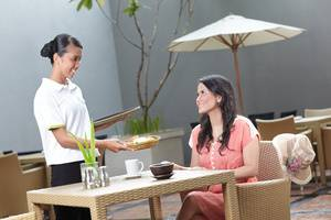 Whiz Hotel Yogyakarta - Waitress