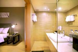 Harper Kuta - Bathroom