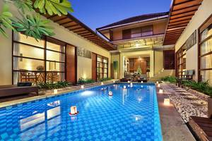 The Vie Villa Bali - Swimming Pool and Sunbed