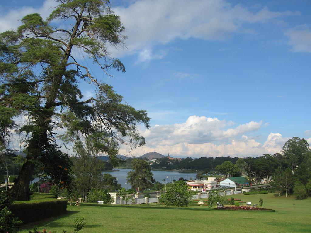 Da_Lat,_view_to_Xuan_Huong_lake