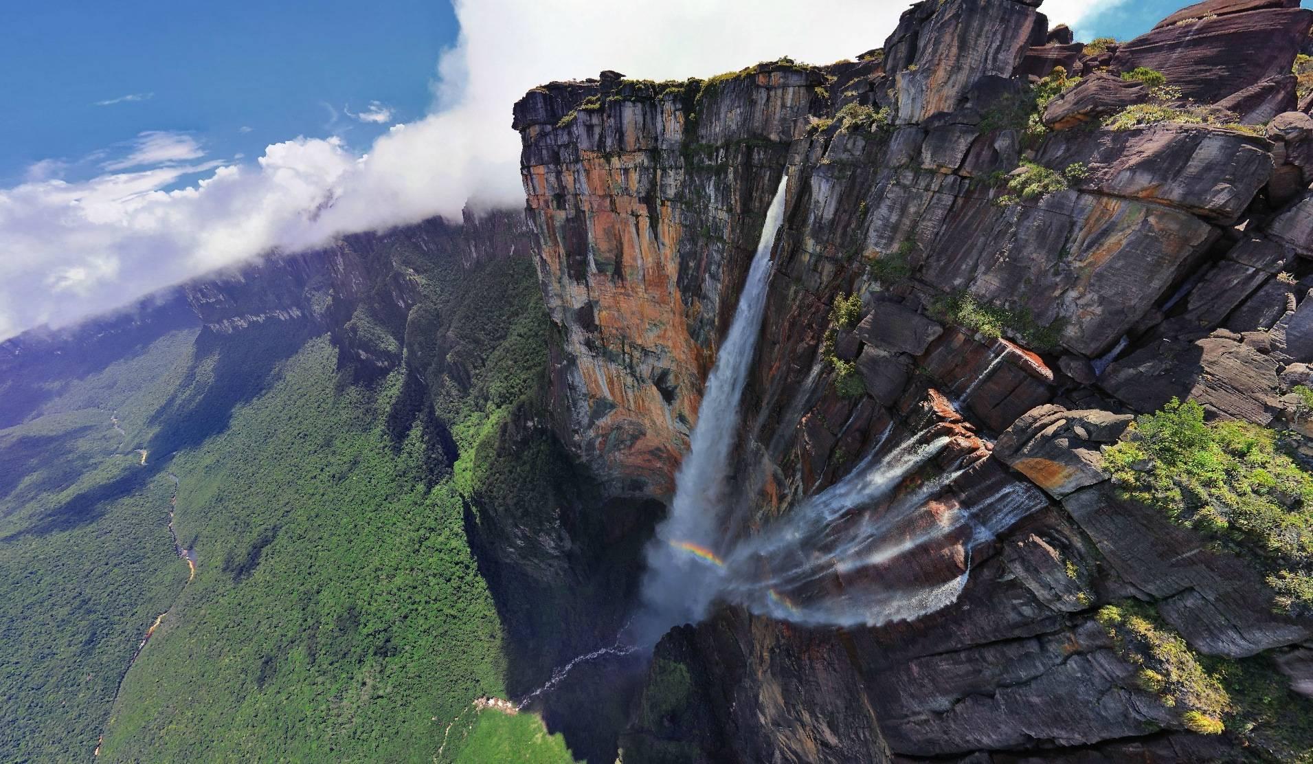 Angel Fall lokasinya ada di daerah terpencil dan sulit diakses. Namun ...