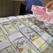 Petugas menunjukan uang kertas pecahan Rp100ribu di Cash Center Bank Mandiri, Jakarta, Senin (25/11).