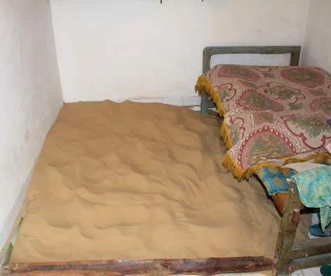 Foto 1 Kebiasaan Tidur di Atas Pasir di Sumenep