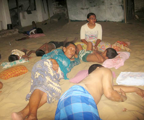Foto 2 Kebiasaan Tidur di Atas Pasir di Sumenep