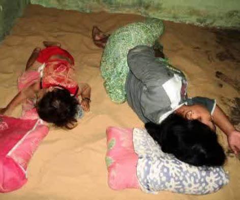 Foto 4 Kebiasaan Tidur di Atas Pasir di Sumenep