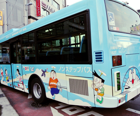 Bus yang akan mengantar pengunjung ke Museum Fujiko F. Fujio