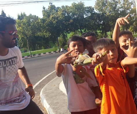 Berbaur bersama anak-anak di perjalanan/theworldonwheels.com
