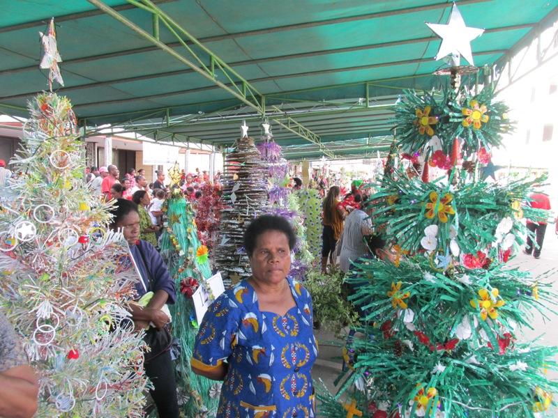 6764. Pembuatan pohon natal dari bhn daur ulang sampah terbanyak 008edit