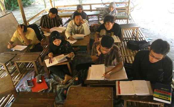 sejumlah mahasiswa belajar bahasa inggris di gubuk bambu di Kresna Language Center, Pare, Kediri, Jawa Timur