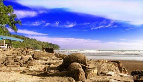 Pantai-Air-Manis-Padang-Sumatra-Barat