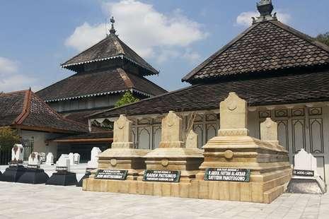 makam-masjid-agung-demak