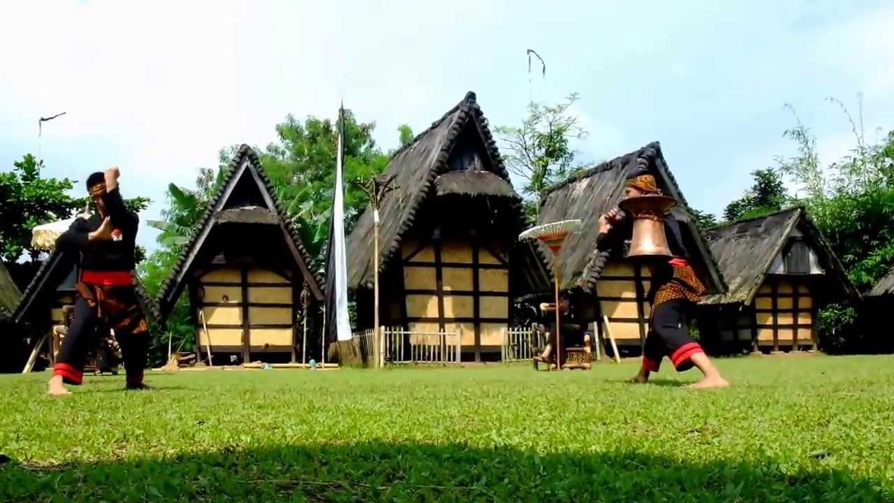 dua orang berlatih silat di kampung budaya sindangbarang