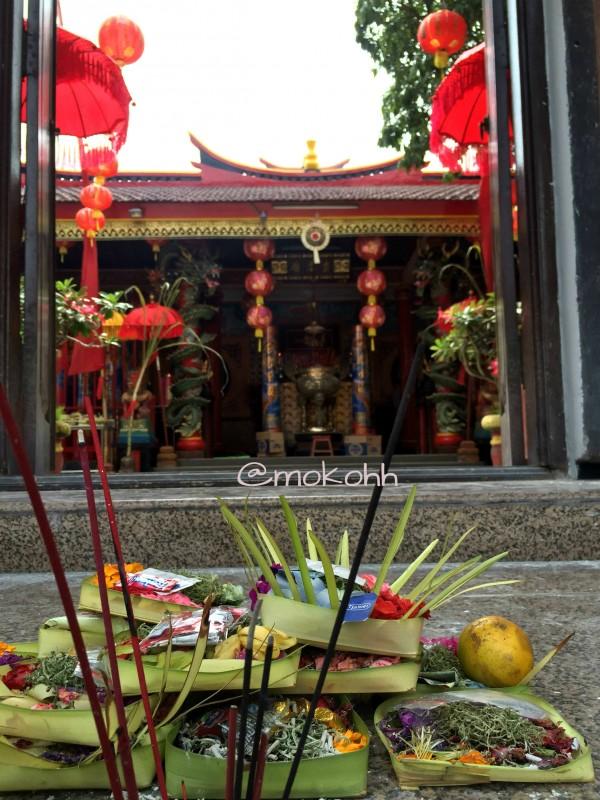 Sesajen kas Bali menyambut di pintu masuk vihara