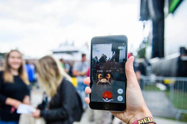 A woman plays Pokemon Go at the Gurten music open air festival in Bern, Switzerland, Friday, July 15, 2016. The Gurten Festival runs from 14 to 17 July. (KEYSTONE/Manuel Lopez)