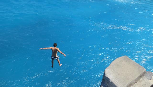 pacu-adrenalinmu-di-nusa-ceningan-cliff-jump-point