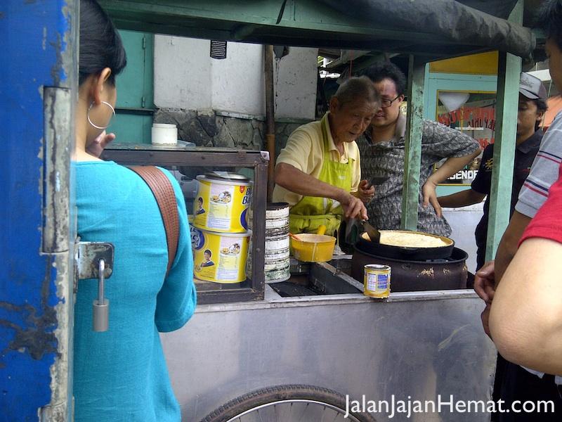 Pak Entjek sedang menyiapkan martabak manis langganan. Kuliner Suryakencana Bogor