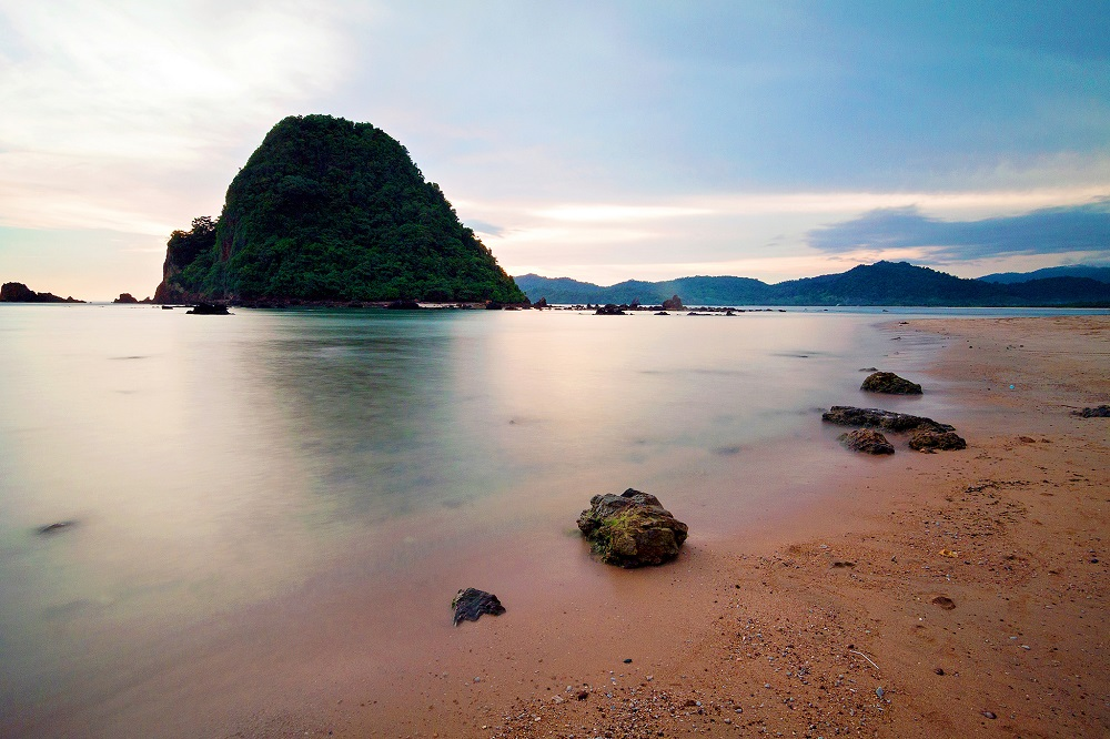 Hasil gambar untuk 1. Pantai Pulau Merah di Banyuwangi