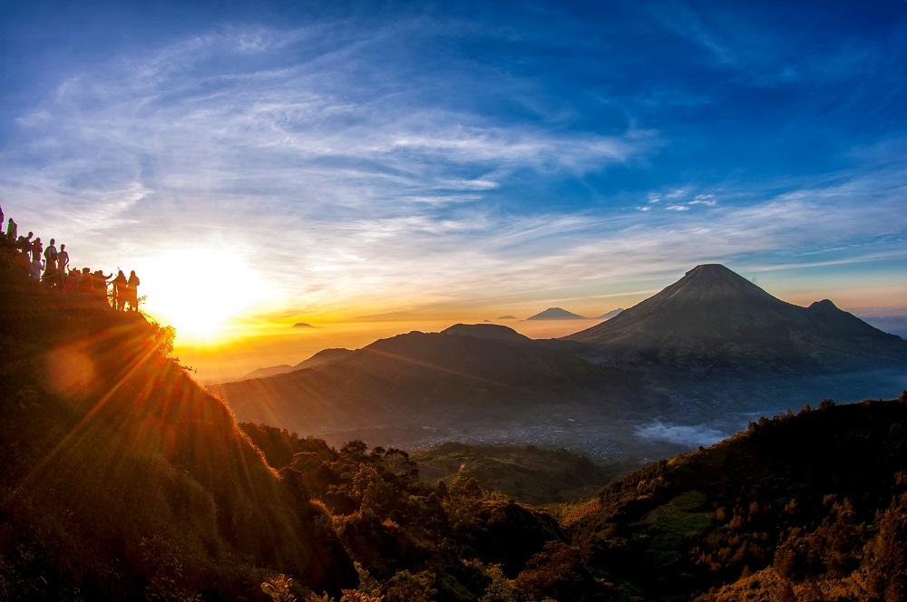 Cantiknya Sunrise di Puncak Bukit Sikunir, Dieng