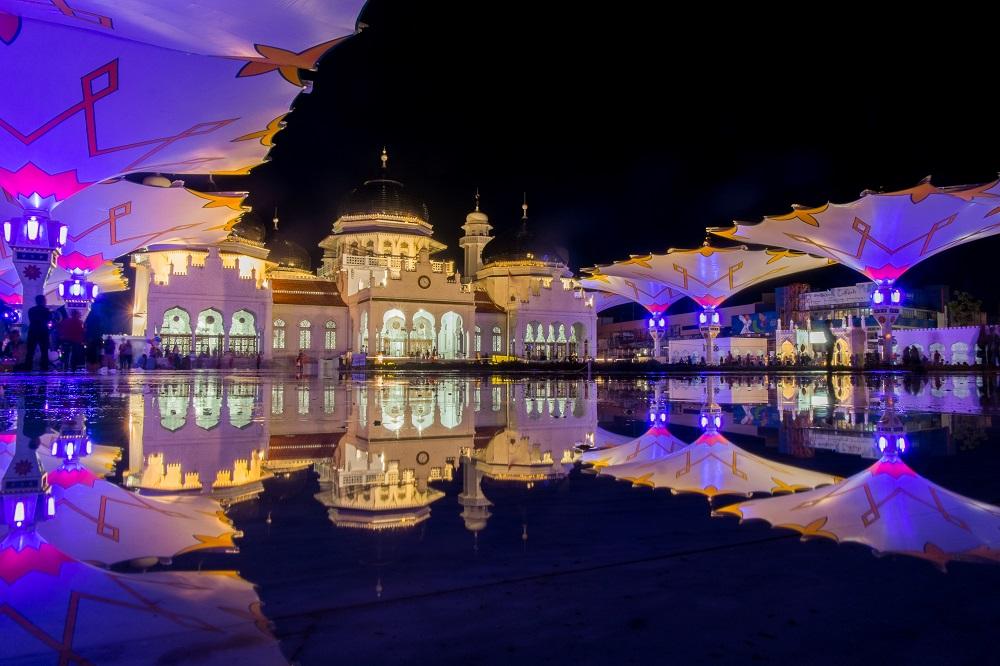 Masjid Raya Baiturrahman Ikon Aceh Dengan Latar Belakang