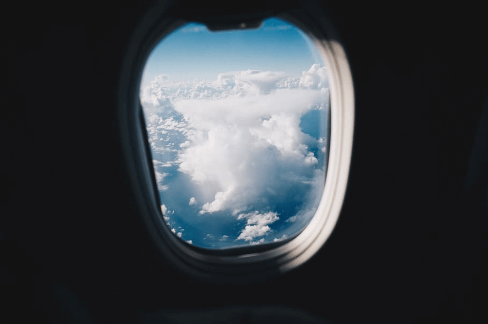 kursi pesawat dekat jendela